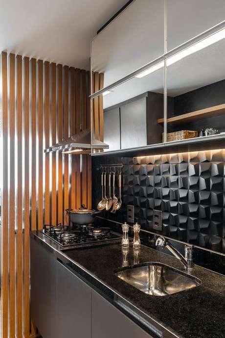 33. Papel de parede 3D preto para cozinha – Via: Jeito de Casa