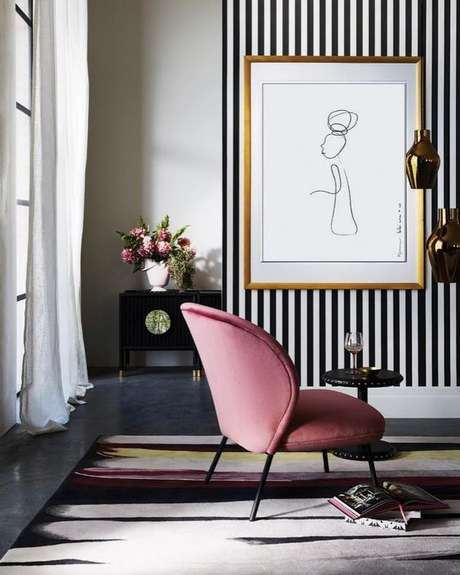 5. Sala de estar com papel de parede listrado – Via: Pinterest