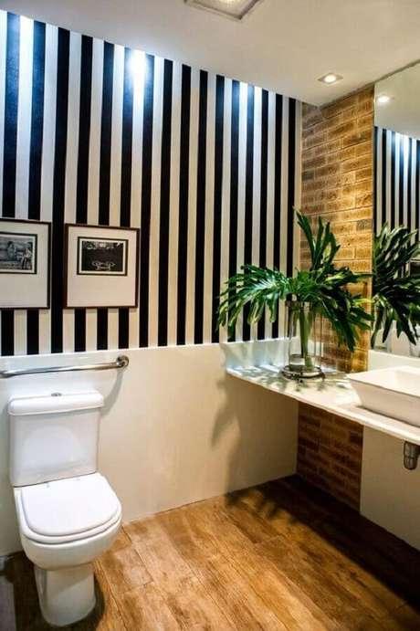 37. Papel de parede listrado preto e branco – Via: Reciclar e Decorar