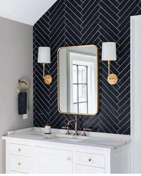 38. Banheiro com papel de parede preto – Via: Next Luxury