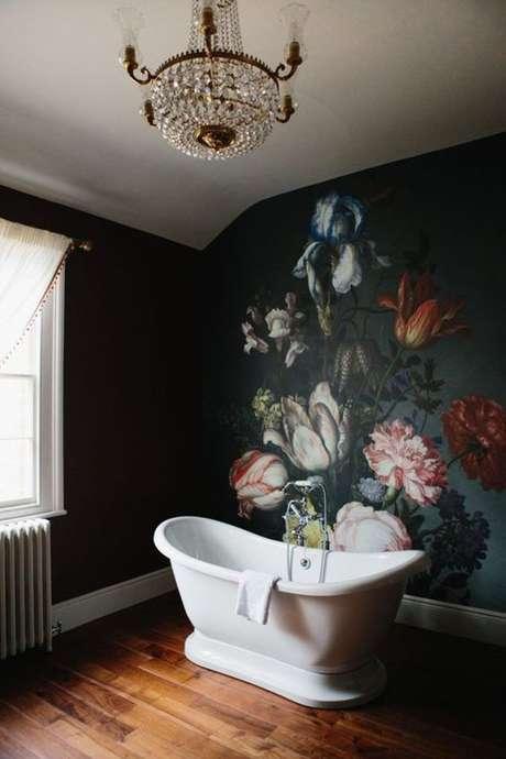 11. Papel de parede preto e vermelho com flores – Via: Casa Vogue