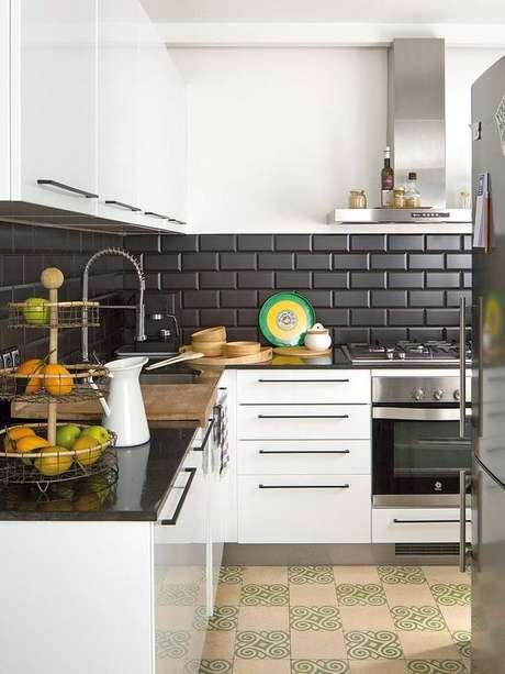 46. Papel de parede preto na cozinha moderna – Via: Arquitrecos