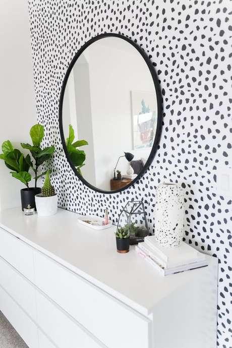 48. Papel de parede preto e branco no banheiro – via: Fashionismo