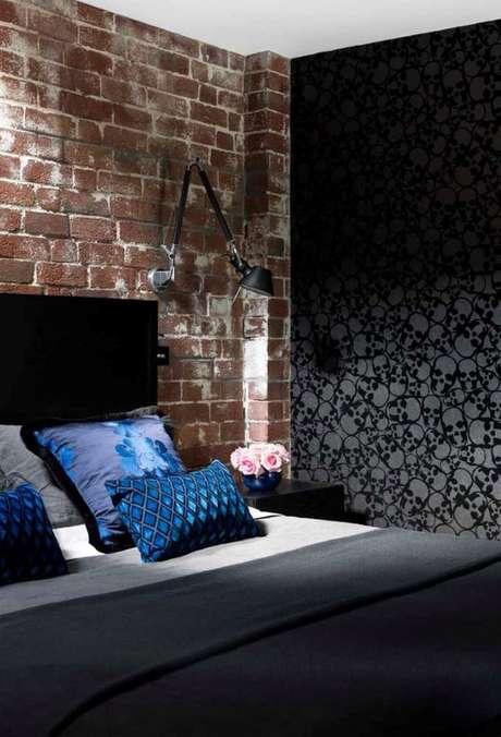 53. Quarto industrial com papel de parede cinza e preto – Via: Pinterest