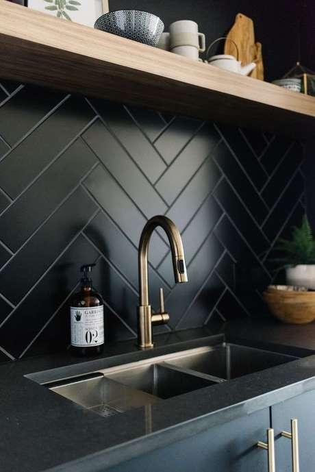 54. Cozinha com papel de parede preto – Via: Pinterest