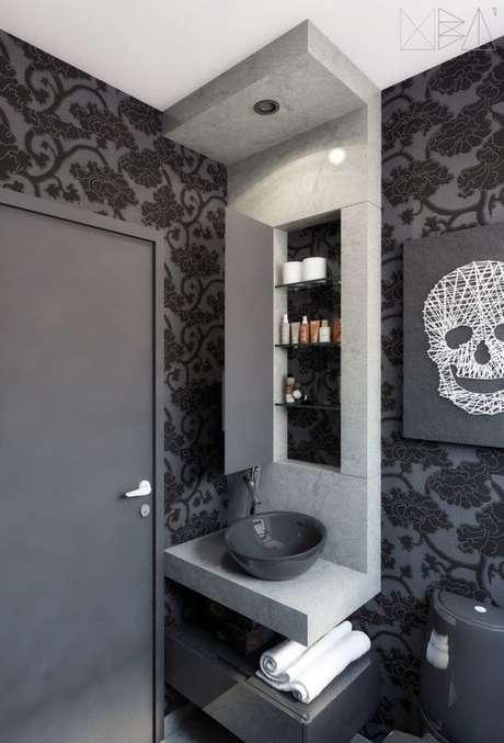 58. Papel de parede preto no banheiro em tons de cinza – Via: Pinterest