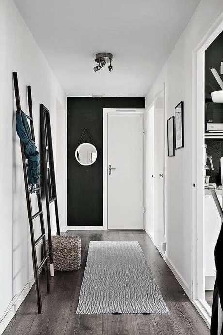 3. Papel de parede preto no hall de entrada – Via: Pinterest