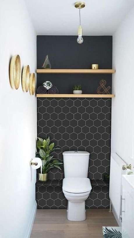 59. Lavabo com papel de parede preto – Via: Revista VD