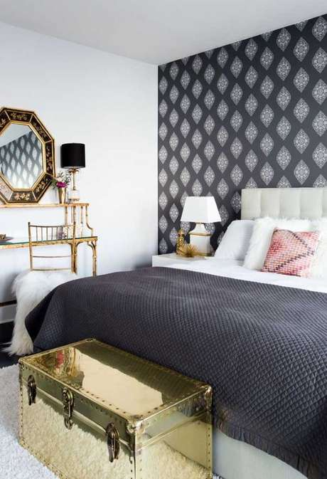 60. Papel de parede preto no quarto moderno – Via: Pinterest