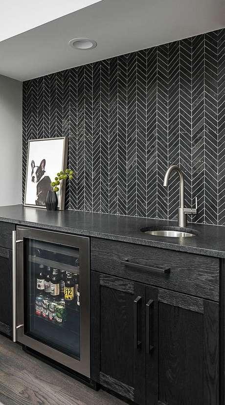 16. Papel de parede cinza e preto para cozinha – Via: Backplash