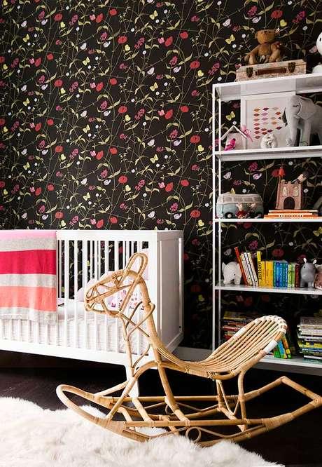 12. Quarto de bebê com papel de parede preto e vermelho – Via: Ideias Decor