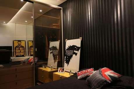 10. Quarto de solteiro com papel de parede cinza e preto – Via: ZaaV Arquitetura