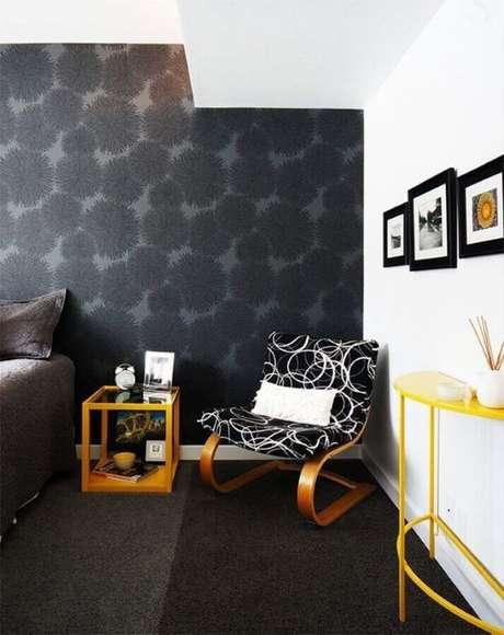 27. Quarto decorado com papel de parede preto – Via: Yellow Home