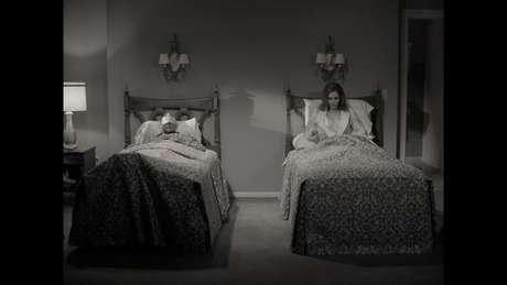 Sim, o clássico casal dormindo em camas separadas