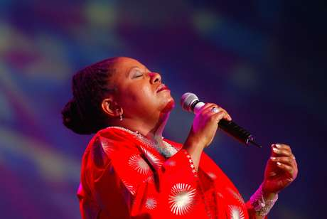 Cantora sul-africana Sibongile Khumalo durante show na Cidade do Cabo 28/06/2003 REUTERS/Mike Hutchings