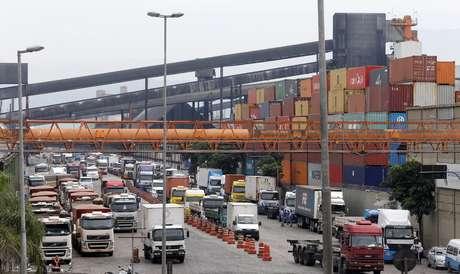 Caminhões em terminal do porto de Santos (SP)  25/02/2015 REUTERS/Paulo Whitaker