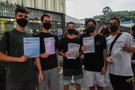 Estudantes deixam a Faculdade UNIP Jaguaré em São Paulo (SP), neste domingo (24), após realizarem a segunda prova do ENEM 2020.