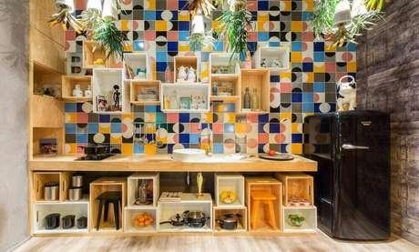32. Revestimento para área gourmet com nichos de madeira – Via: Pinterest