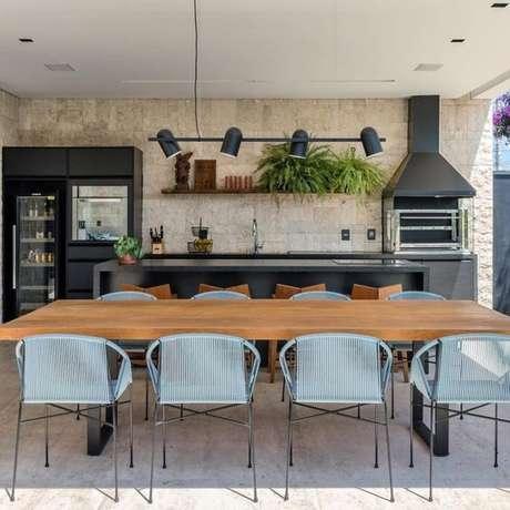56. Revestimento para área gourmet com mesa de madeira – Via: Arkpad