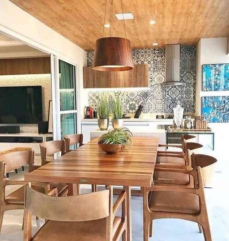 58. Revestimento para área gourmet com churrasqueira de madeira – Via: Pinterest