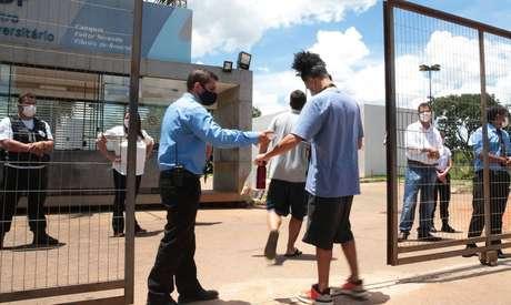 Estudantes chegam para realizar o Enem Digital em Brasília