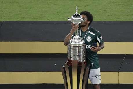 Luiz Adriano beija o troféu da Libertadores