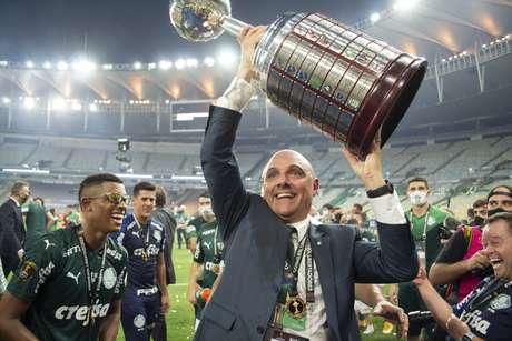 Mauricio Galiotte, presidente do Palmeiras, levanta a taça de campeão da Libertadores