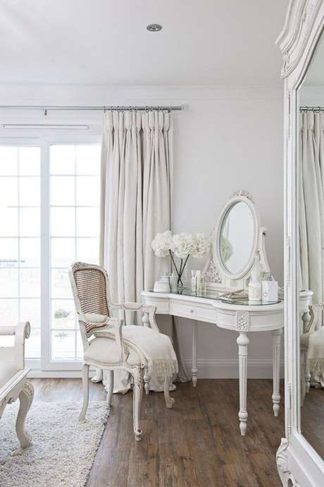 30. Cadeira para penteadeira clássica branca – Via: Constance Zahn
