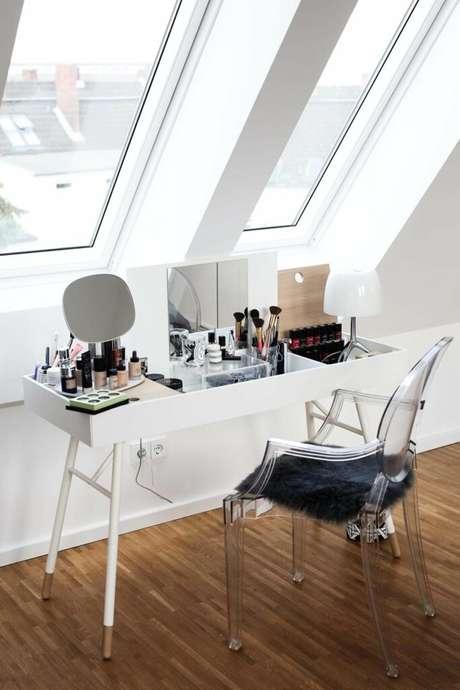 49. Cadeira transparente para penteadeira pequena – Via: Pinterest