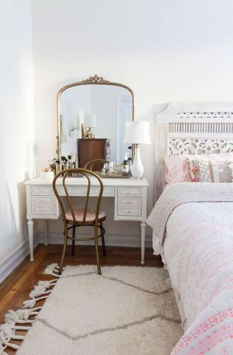 31. Cadeira para penteadeira clássica ao lado da cama – Via: Ariyona interior