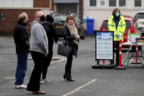 Pessoas fazem fila para teste de detecção da Covid-19 em Walsall, no Reino Unido 02/02/2021 REUTERS/Carl Recine