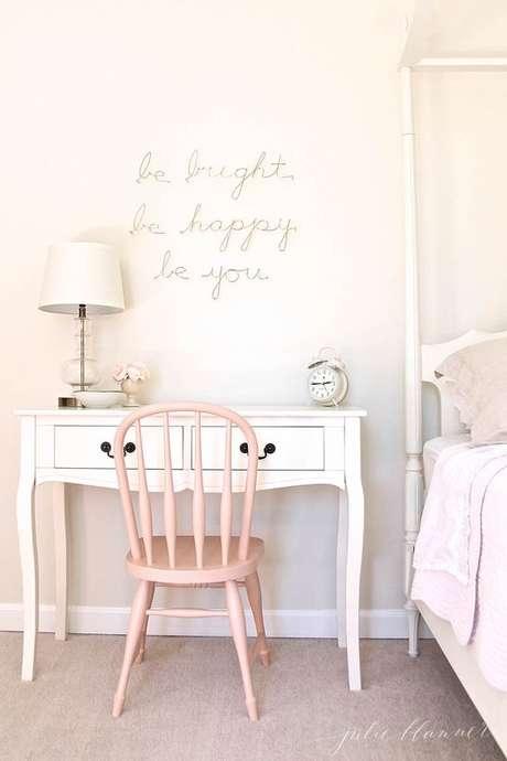 45. Cadeira para penteadeira simples – Via: Julie Blanner