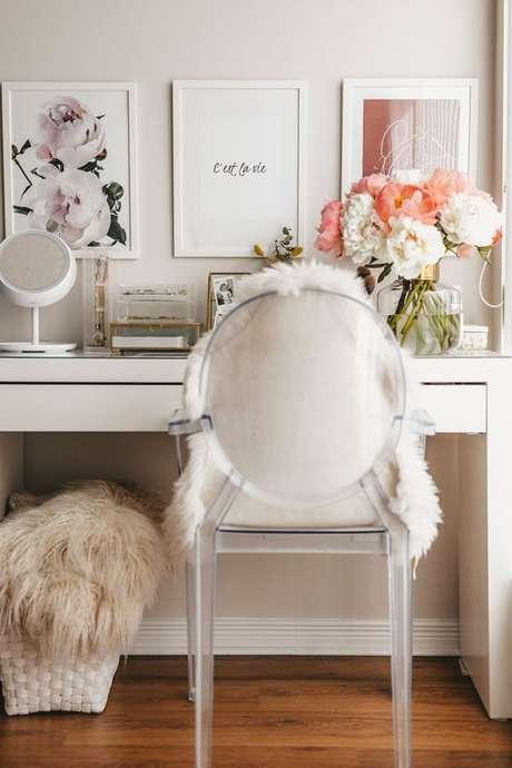 11. Cadeira transparente para penteadeira com almofada de pelos – Via: Stripes n Vibes
