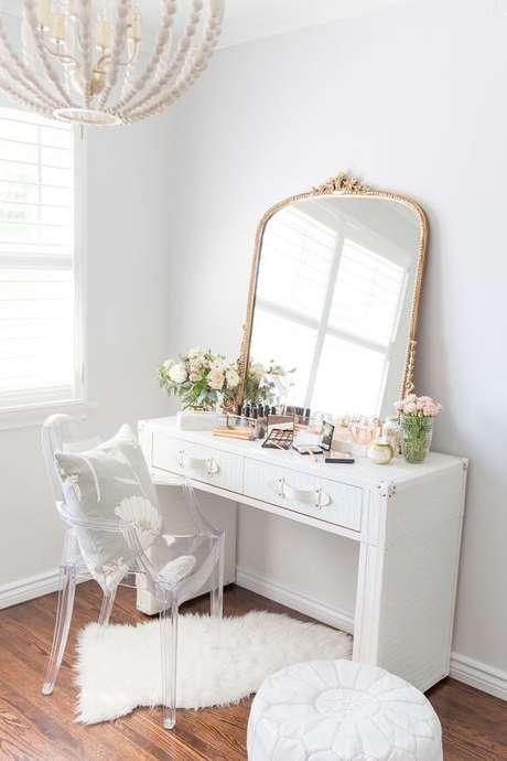 5. Cadeira para penteadeira moderna e espelho dourado – Via: Suburbanb Faux Pas