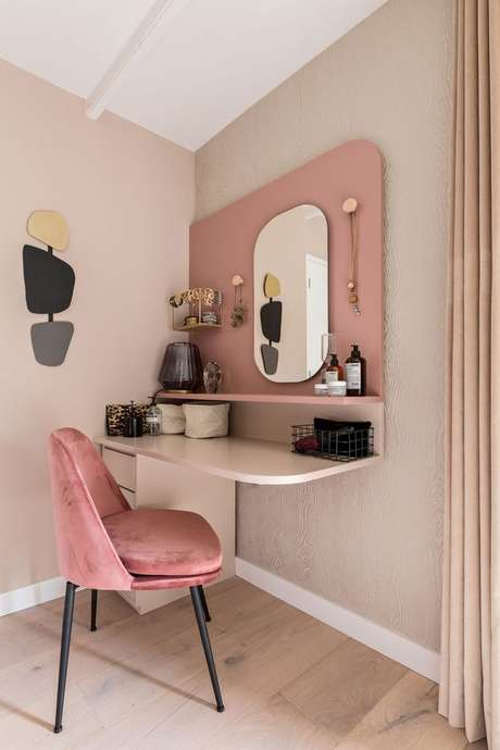 9. Cadeira para penteadeira rosa e moderna – Via: Karwei