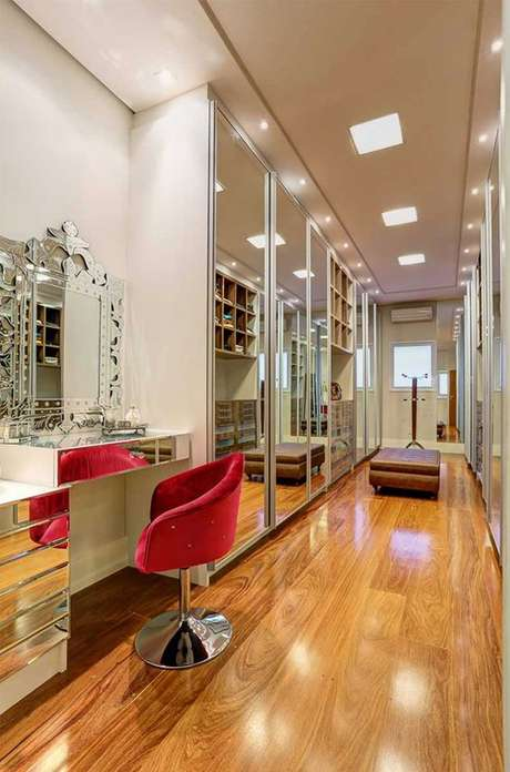 48. Closet luxuoso com cadeira para penteadeira vermelha – Via: Decor Salteado
