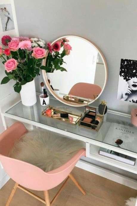 32. Cadeira rosa para penteadeira clean – Via: Pinterest
