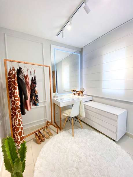 25. Closet com penteadeira branca e cadeira combinando – Via: Pinterest
