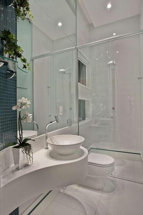 5. A cuba de apoio oval para banheiro complementa a decoração clean do espaço. Projeto por Aquiles Nicolas Kílaris