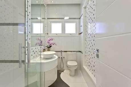 37. A cuba de apoio oval para banheiro se encaixa perfeitamente em projetos pequenos. Projeto por Iara Kilaris