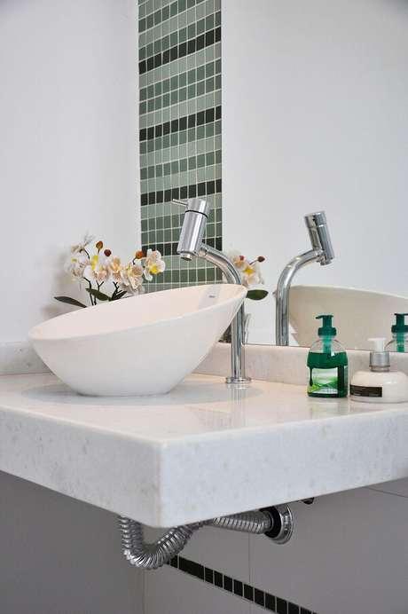 38. A cuba de apoio para banheiro pequeno em formato oval faz sucesso entre o público. Projeto por L2 Arquitetura