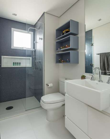 41. A cuba pia de apoio para banheiro em formato retangular ocupa grande parte da bancada. Projeto por Karina Korn