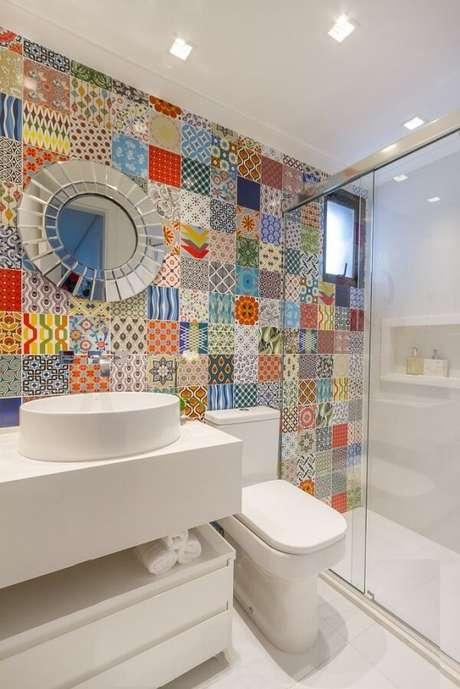 43. A cuba pia de apoio para banheiro equilibra o colorido do ladrilho na parede. Projeto por Bordin & Soares