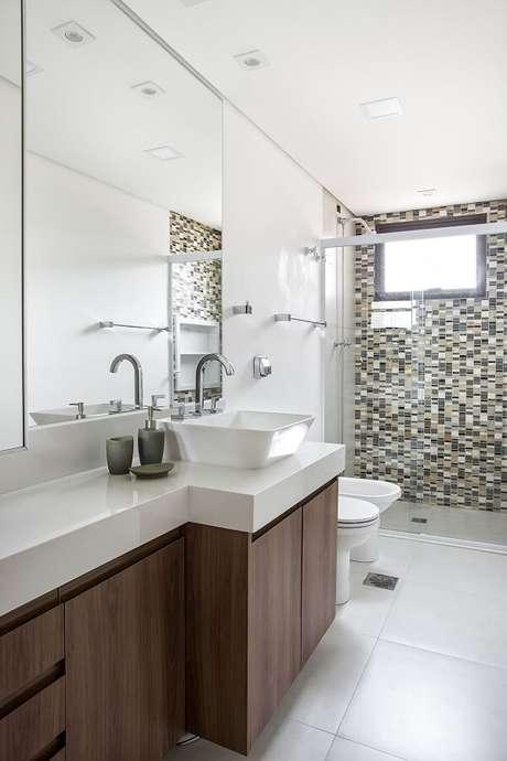 6. A cuba pia de apoio para banheiro foi posicionada sobre um gabinete amadeirado. Projeto por Lili Giudice