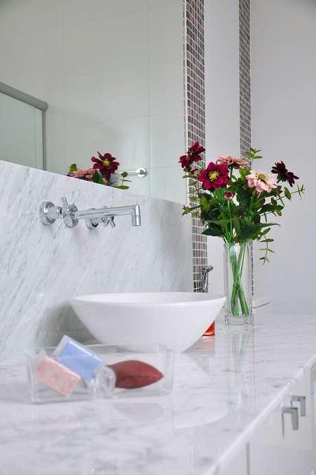 35. Bancada de granito branco com cuba de apoio para banheiro oval. Projeto por L2 Arquitetura