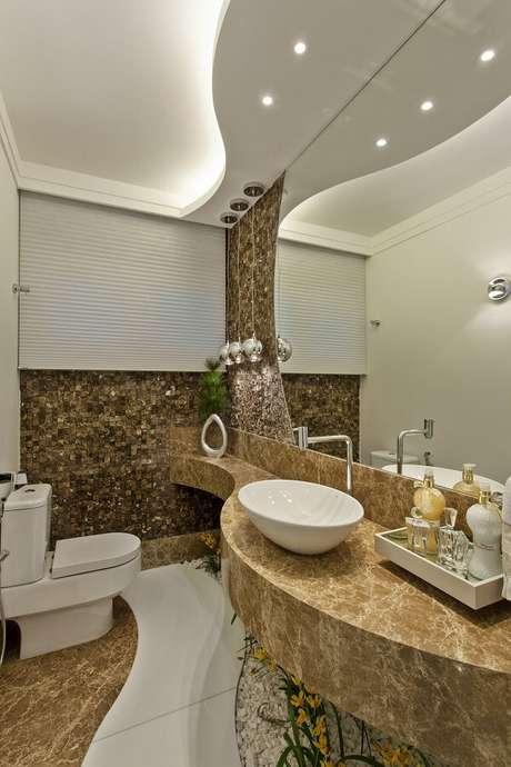 7. Bancada de mármore feita sob medida acomoda uma linda cuba de apoio para banheiro. Projeto por Aquiles Nicolas Kílaris