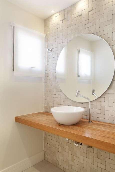34. Cuba de apoio para banheiro oval sobre a bancada de madeira. Projeto por Leticia Araújo