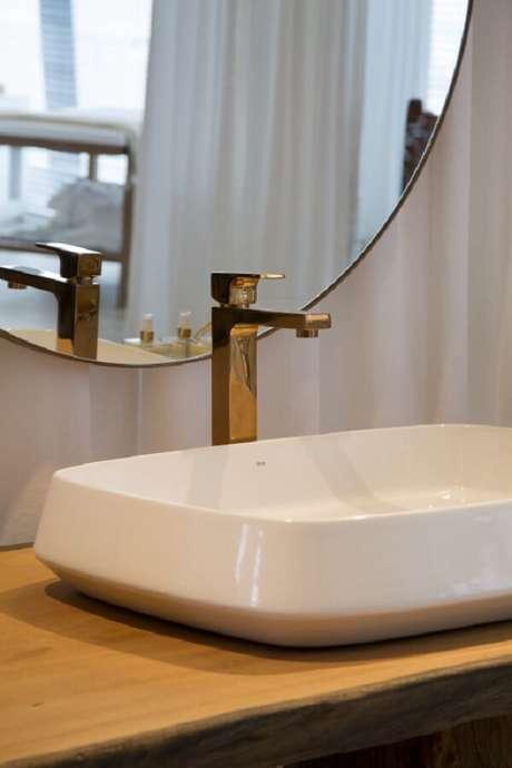 32. Cuba de apoio para banheiro com torneira dourada é puro luxo. Fonte: Deca