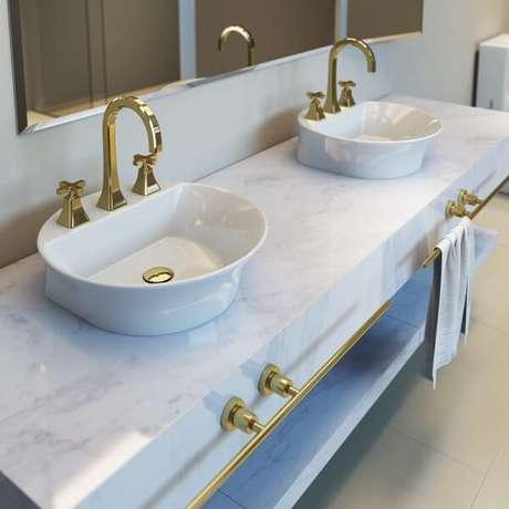 30. Cuba de apoio para banheiro deca e elementos em dourado trazem sofisticação ao espaço. Fonte: Deca