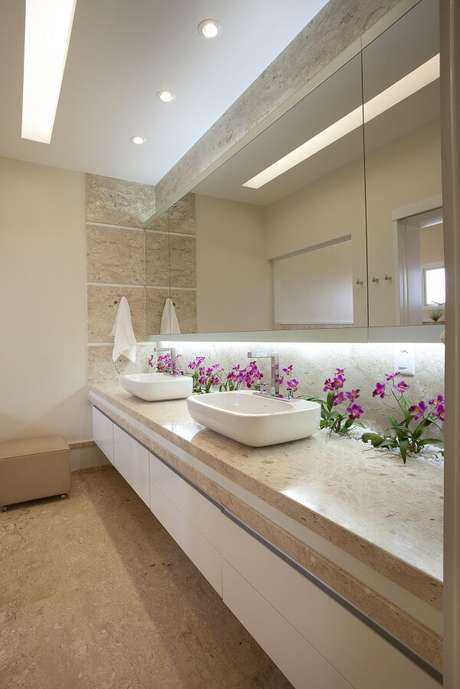 4. Espaço compartilhado com bancada de mármore e cuba de apoio para banheiro. Projeto por Aquiles Nicolas Kílaris